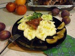 Утка, запечённая со сливами и яблоками