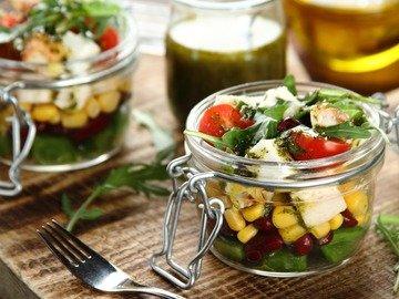 Легкий салат с курицей и свежими овощами