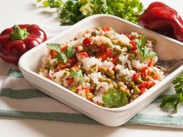 Салат из печёного сладкого перца с рисом и зелёным горошком