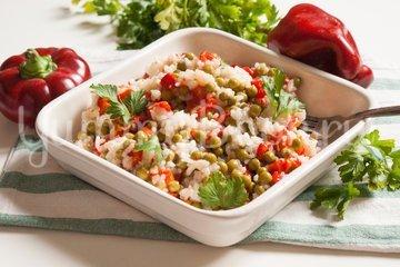 Салат из печёного сладкого перца с рисом и зелёным горошком - шаг 6