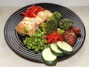Форель запеченная с брокколи и зеленым горошком
