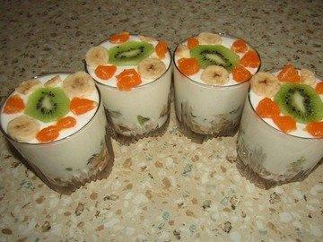 Сметанный десерт с фруктами