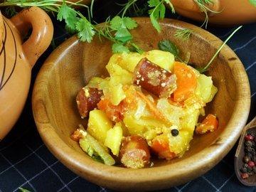 Охотничьи колбаски с картофелем в горшочках по-домашнему